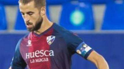 Ex-STVV'er eert wekelijks tegenstander bij Huesca met speciaal ontworpen aanvoerdersband