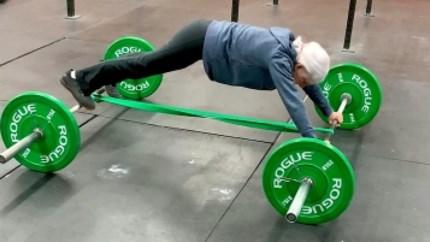 73-jarige dame doet aan gewichtheffen en doet handstand alsof het niets is