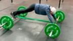 73-jarige dame doet aan gewichtheffen, plankt en doet handstand alsof het niets is