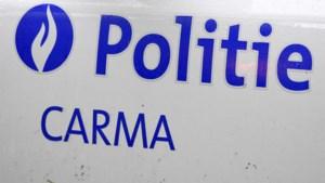 Auto tegen paal in Wiemesmeer