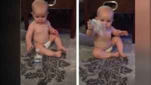 Baby landt perfecte dubbele 'bottle flip'
