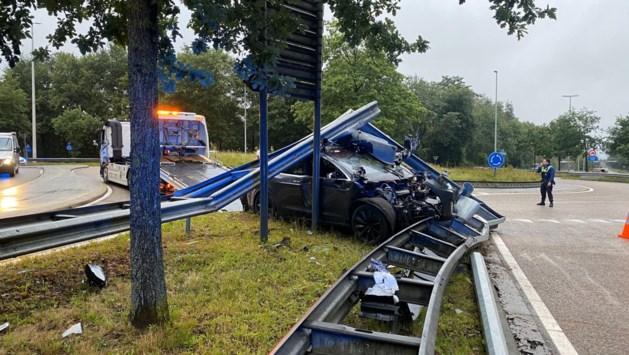 Tesla tot schroot herleid na crash aan Genkse rotonde