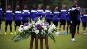 IN BEELD. Patro eert overleden fans bij eerste training