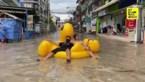 Bewoners ondergelopen wijk gebruiken opblaasbare eend om naar de winkel te gaan