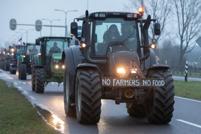 Nederlandse boeren met tractors onaangekondigd op weg naar Den Haag