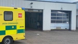 Auto rijdt tegen poort van autokeuring in Alken