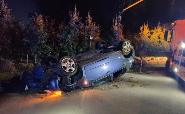 Automobilist gaat over de kop in Alken