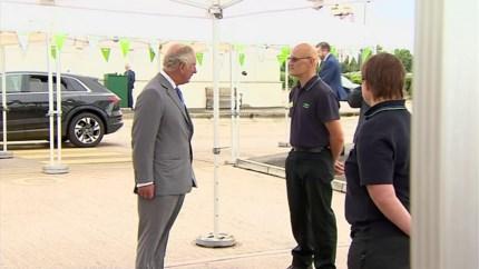 Prins Charles weet zich met zichzelf geen blijf als medewerker van supermarkt plots voor zijn ogen flauwvalt