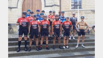 Wielertoeristen fietsen 300 kilometer rond Limburg