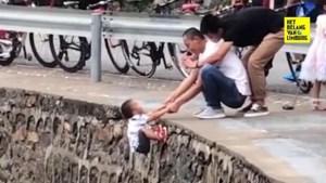 Alles over de likes: man hangt kindje boven gevaarlijke afgrond
