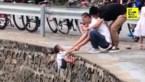 Roekeloze man hangt jongetje over gevaarlijke afgrond om een foto te nemen