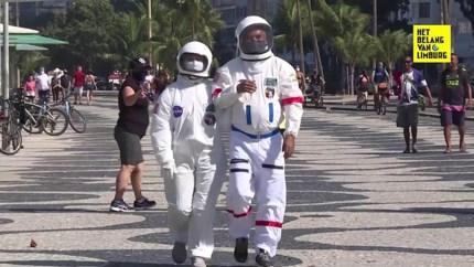 Koppel draagt ruimtepak op straat om zich te beschermen tegen coronavirus
