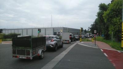 Eerste dag zonder beperkingen aan recyclageparken: meteen weer file in Hasselt