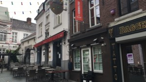 Hasseltse cafébaas laat 13 klanten onderduiken op zolder na laat coronafeestje