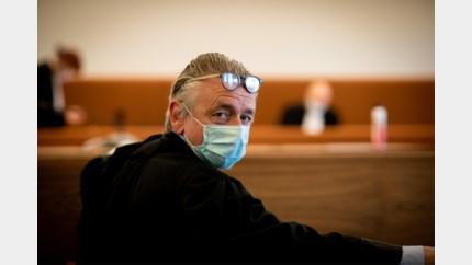 """Advocaten pleiten voor het eerst met masker: """"Ik krijg geen lucht"""""""