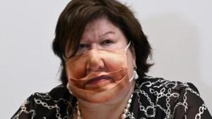 Minister De Block verrast met masker van eigen mond