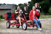 Deze vier vriendinnen rijden dit weekend met de gocart van Zutendaal naar zee