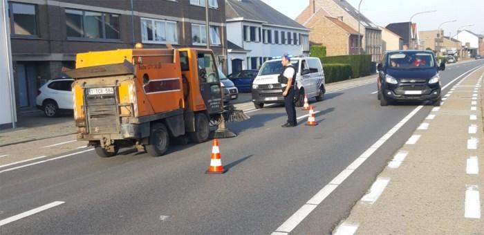 Borstelwagen ruimt verloren lading glas op Sint-Truidersteenweg in Tongeren