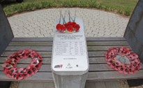 Militaria vrienden brengen klaprozen naar Het Heverlee War Cemetery