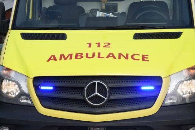 Fietser (18) lichtgewond na botsing met auto