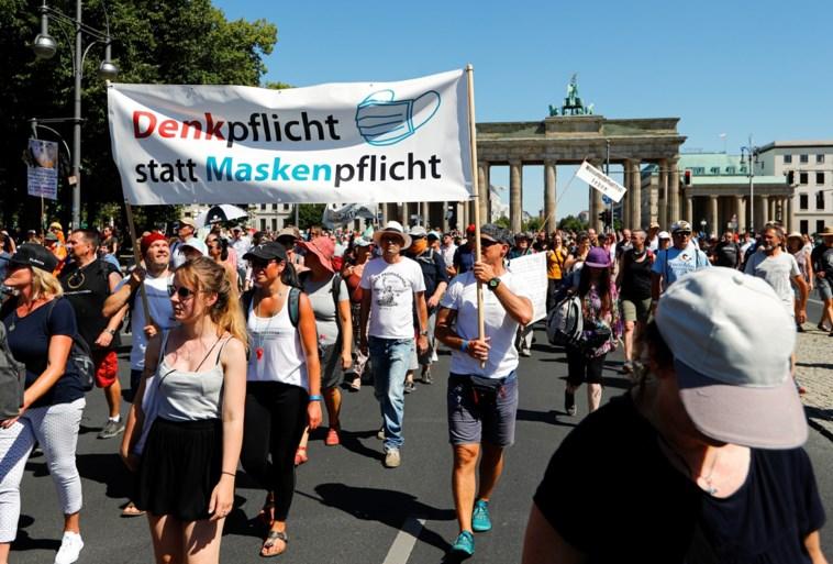Duizenden mensen betogen in Berlijn tegen coronamaatregelen, zonder mondmasker en opeengepakt