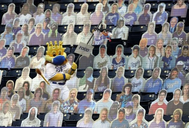 Gezien in het buitenland: KV Oostende gaat stadion vullen met kartonnen fans, tegen betaling
