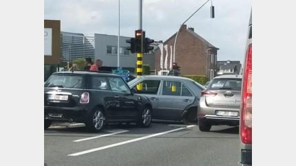 Vier auto's botsen op Rijksweg in Opgrimbie
