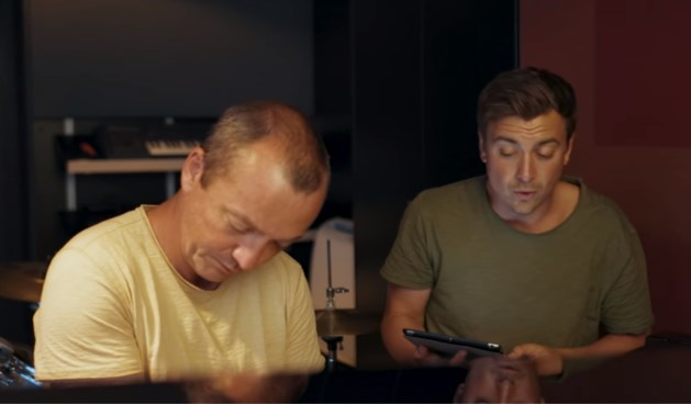 "Niels Destadsbader verrast met cover van Will Tura-nummer: ""Gelukkige verjaardag!"""