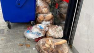"""Delhaize zet zakken vol brood en sandwiches op straat: """"Pure voedselverspilling"""""""