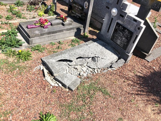 Vandalen trekken spoor van vernieling op kerkhof van Zichen-Bolder