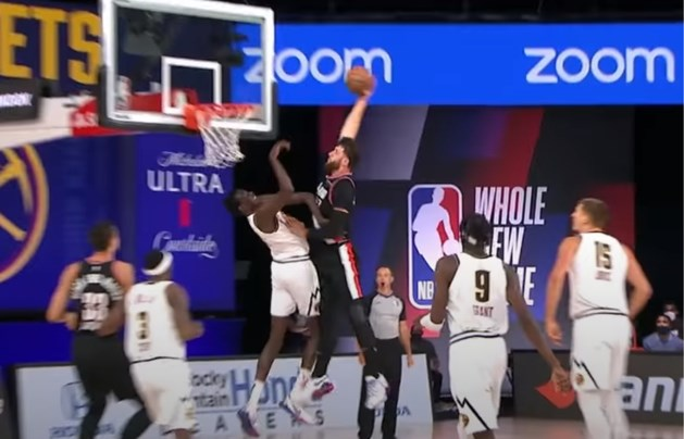 Reus van 2m18 lijkt plots Klein Duimpje na snoeiharde dunk in NBA