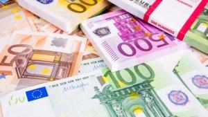 Eerlijke vinder brengt rugzak vol geld naar politie