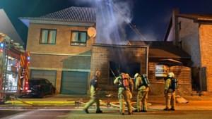 Rijwoning in Tongeren helemaal uitgebrand, bewoner naar ziekenhuis