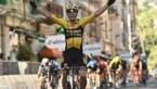 Wout van Aert wint Milaan-Sanremo en haalt eerste Monument binnen