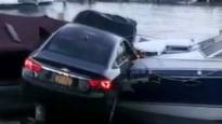 Wat een spin kan veroorzaken: vrouw katapulteert auto tussen twee boten