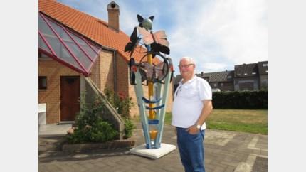 Denis (78) draagt kunstwerk 'Coronavi' op aan medische sector