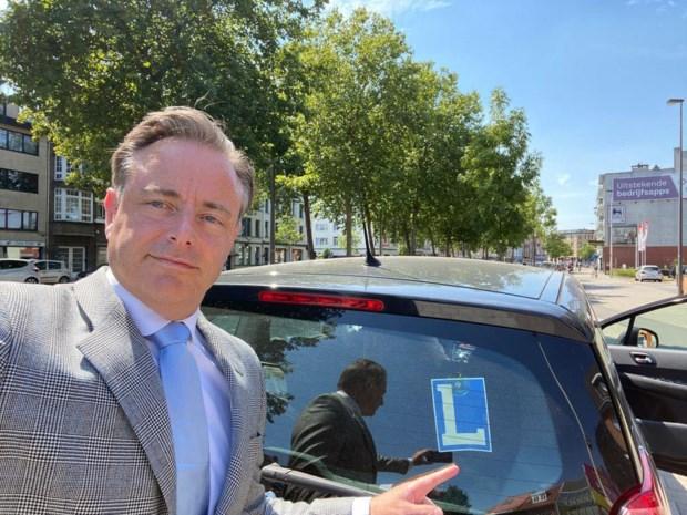 """Bart De Wever laat zoon Hendrik naar koning rijden: """"Waarschuwing aan alle fotografen"""""""