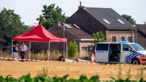 """Piloot en 18-jarig meisje sterven in crash: """"Vliegtuigje boorde zich in de grond"""""""