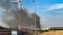 Brandende hakselaar bij bedrijf in Smeermaas zorgt voor dikke rookpluim