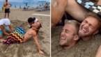 Man bevalt van tweeling op het strand maar niets is wat het lijkt
