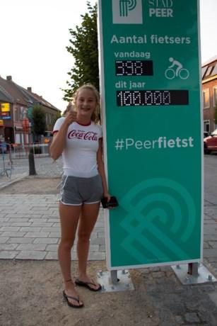 Britt Brebels klokt af als 100.000ste fietser op Peerse fietsstraat