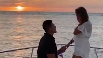 Man vraagt vriendin ten huwelijk op boot, maar plots vliegt ring overboord. Of toch niet?