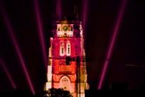 Tongerse Basiliek kleurt rood als protest tegen coronamaatregelen