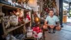 Alkenaar Jurgen verkoopt kerstballen in zijn zwembroek tijdens de hittegolf