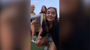 Dames willen TikTok-video maken maar hitsige hond steekt daar een stokje voor
