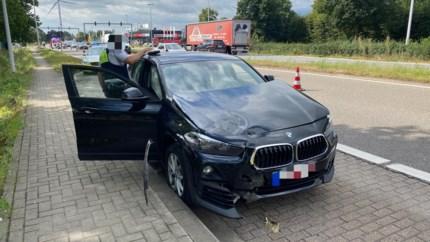 Auto botst tegen verkeerslicht op Westerring in Genk