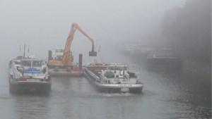 Vrachtschip vol grind slaat lek in Ham en zakt tot bodem Albertkanaal