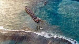 "Milieuramp en ""volledige noodtoestand"": lekkende olietanker in Mauritius breekt in twee"