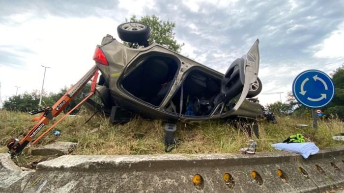 Auto slaat over de kop op rotonde in Genk