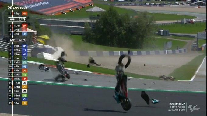 Spectaculaire crash in MotoGP, legende Valentino Rossi heeft goede engelbewaarder